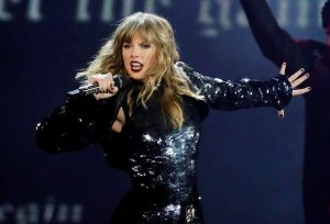 Swift questions AMAs performance over fight with music group